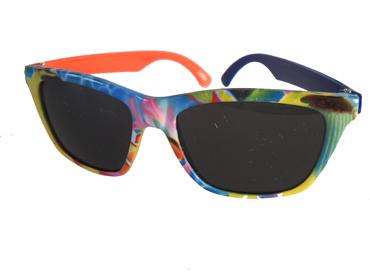 59cab1b09339 Børnesolbrille i fine farver med én blå og én orange stang . UV beskyttelse  (1-2 år)