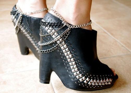 Smykker til sko og stiletter. Kæder og nitter til dine sko