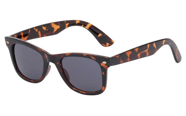 f2b97b7f74d1 Brun wayfarer solbrille med mørkt glas - Design nr. 534